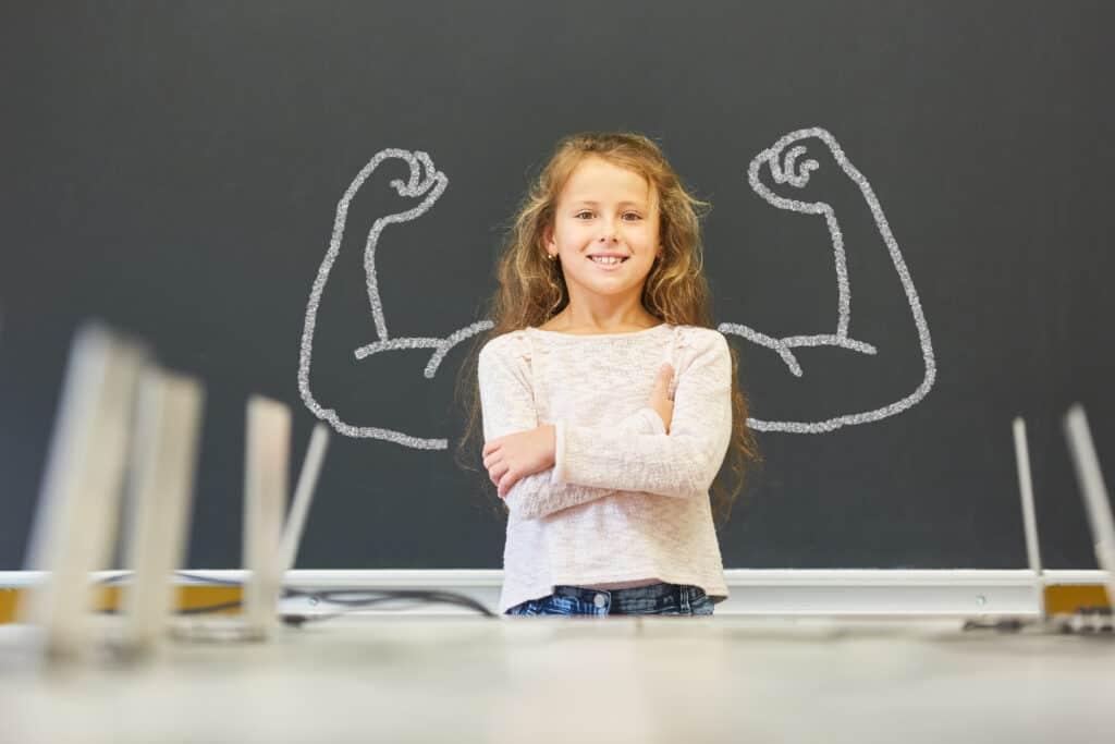 Meisje staat voor een schoolbord
